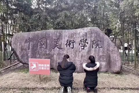 中国美院开考,门口惊现学生跪拜!
