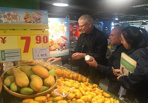 热带水果上市 芒果专家团队走进家乐福