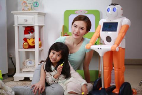 """黑科技""""助""""福妈妈:深圳机器人行业大咖携宝贝齐贺母亲节"""