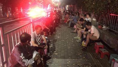 深圳一幼儿园门口近百家长通宵排队给娃报名 爷爷奶奶全家出动
