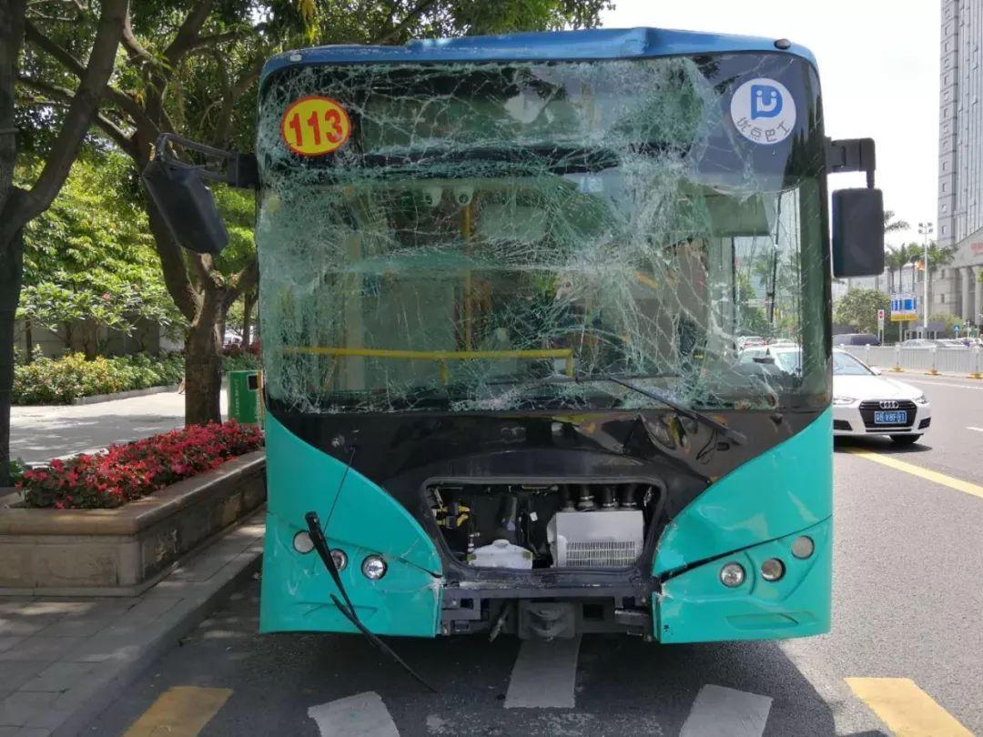 公交车追尾,车窗玻璃全碎!只因司机……