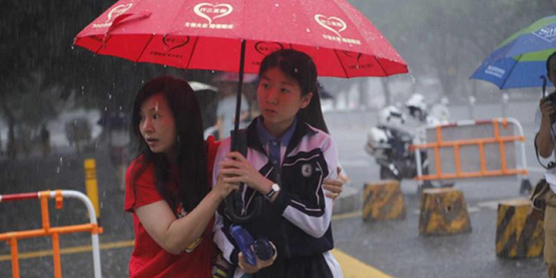 直击深圳高考首日:赴考遇上橙色暴雨