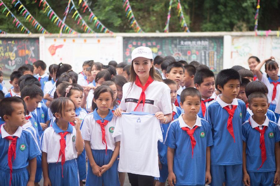 灵气高定设计师蔡安琪探访贵州山区小学献爱心
