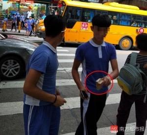 深圳控烟:学生在街头公然派烟 商户称卖烟给小孩没有犯法