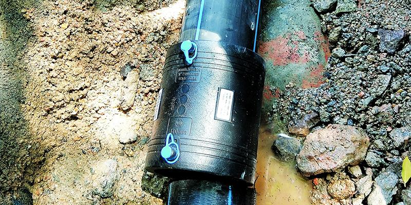 """""""优质饮用水""""入户小区 一年爆水管十多次"""