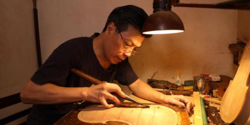 """走进宝华路""""拜师""""广州制琴大师徐永成,老师说请你先刨木头……"""