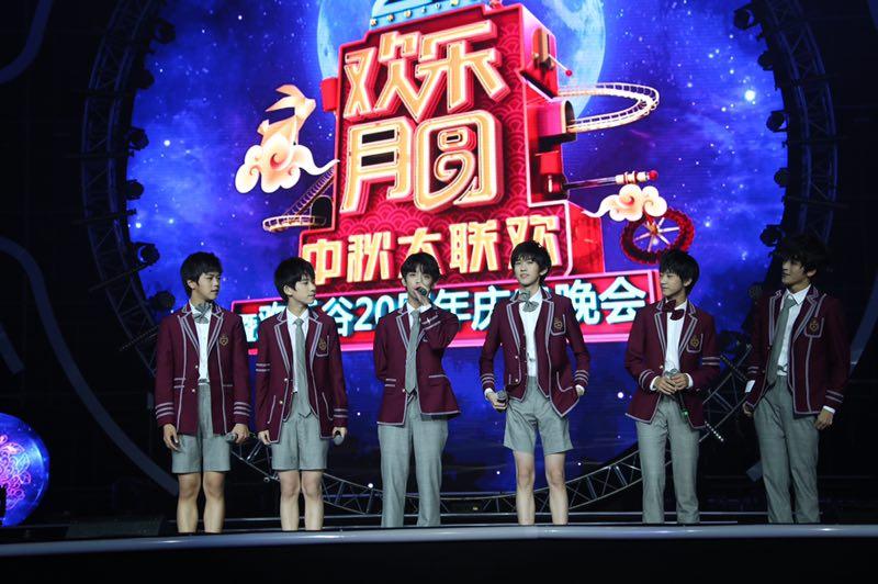 李宇春、谭维维、曹格等明星亮相深圳 陪伴市民过中秋