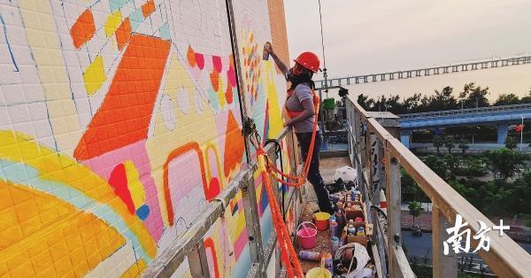 巨幅艺术壁画在西乡海边落成