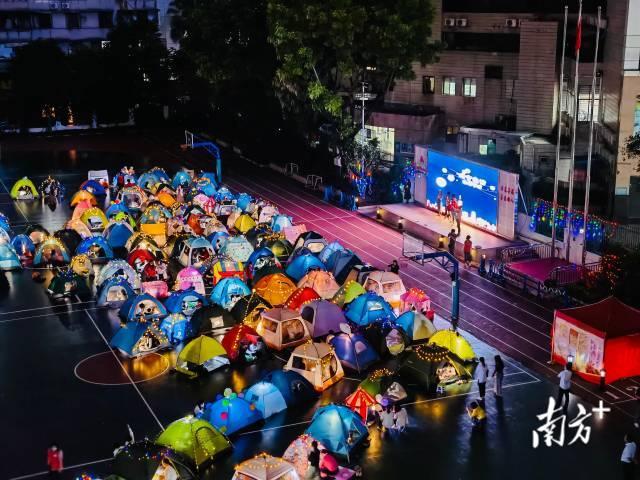 在校园支起帐篷挑灯夜读是什么感受?