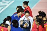6.在无限极2018世界女排联赛江门站的比赛中,中国队以2比3不敌巴西队,中国队总教练郎平(左三)在指导队员。郎平在分站赛结束后在北京训练课前嘱咐队员,希望大家抓紧时间,抓好细节。
