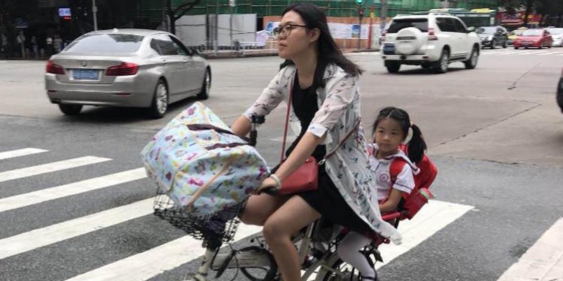 直击广州开学大片,爸妈欢庆熊娃开学