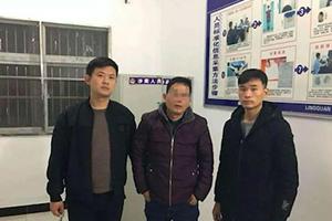 安徽男子抢公交方向盘踩刹车!只因中途下车遭拒,逃跑两天后被拘