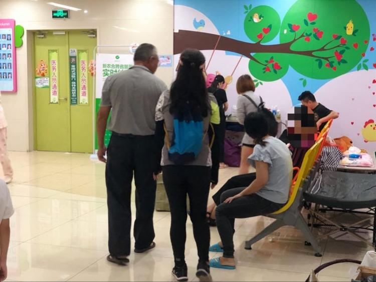 深圳被高坠窗砸伤男童仍在icu, 家人:有一丝希望都不会放弃