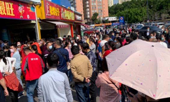 深圳一沃尔玛超市卖飞天茅台酒,市民扎堆聚集抢购