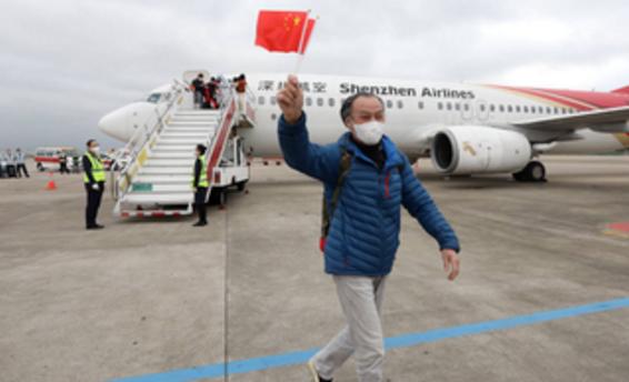 深航率先运行,广东首个湖北客运航班抵深,旅客称想看外孙和深圳