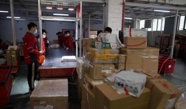 """深圳电商平台下单量成倍增长,快递员成疫情期城市运转""""摆渡人"""""""