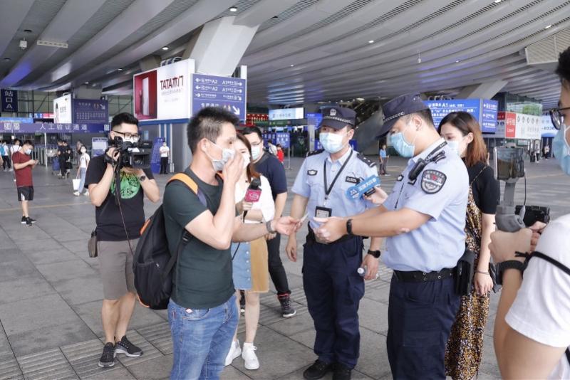 """半小时9烟民""""吃""""罚单,深圳北地铁站去年处理8670宗控烟案"""