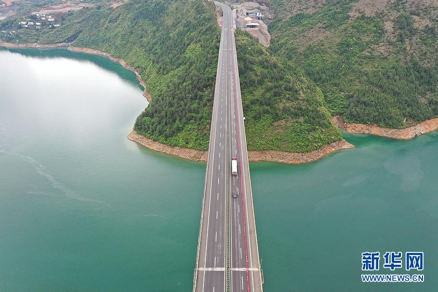 沿着高速看中国 瞰三峡库区绿水青山气象新