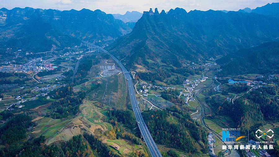 沿着高速看中国丨游走在武陵山的绿色画卷里