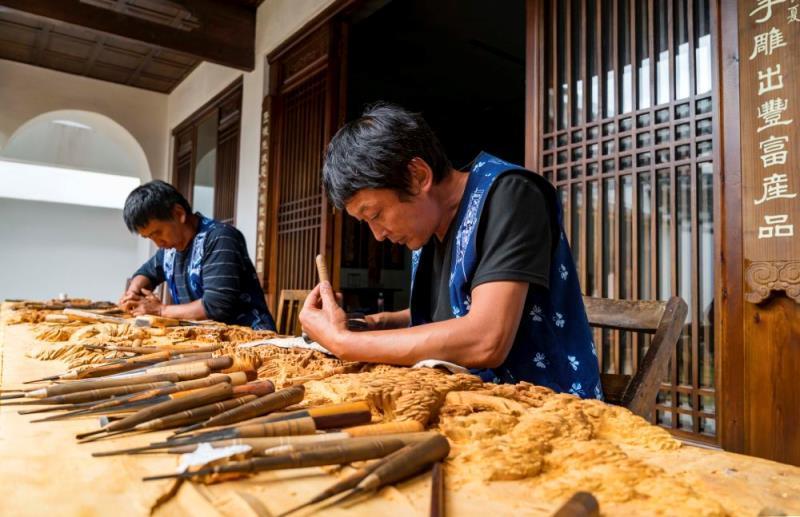 """【沿着高速看中国】""""钱袋子""""!剑川木雕产品远销120多个国家和地区"""