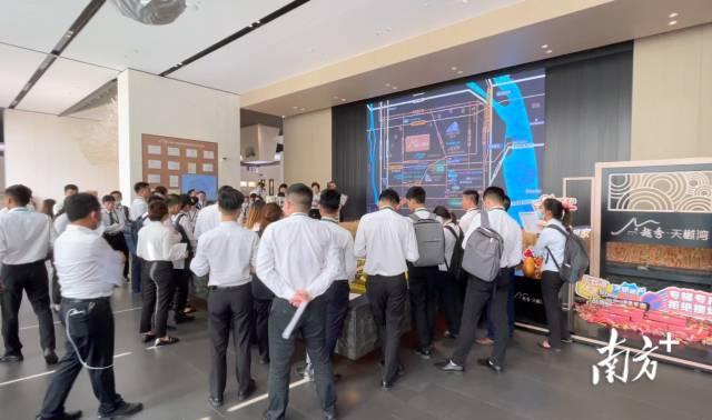 深圳中介组团到中山楼盘踩点,为五一假期带客看房做准备。