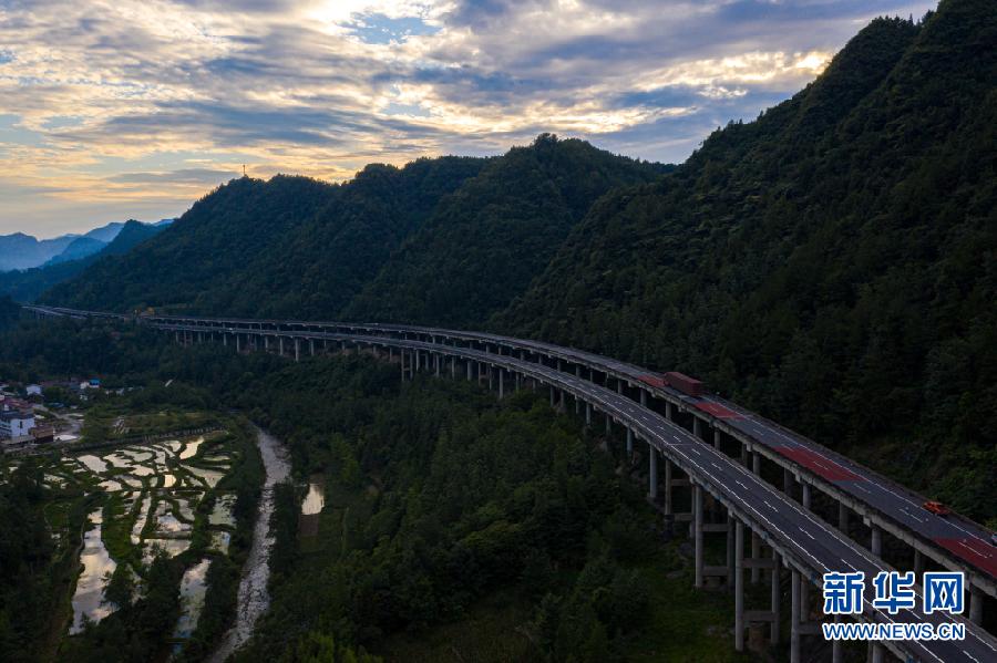 沿着高速看中国|高速穿山沟,带火农家乐