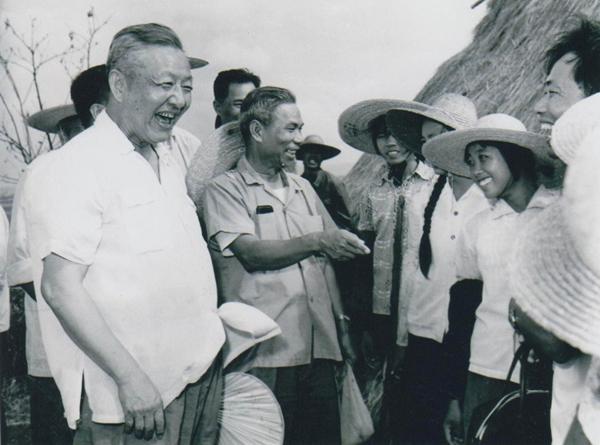 1980年8月底至9月初,习仲勋(左一)在广东湛江农村视察时与青年亲切交谈。