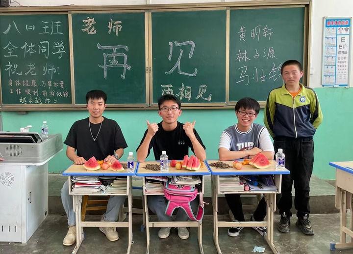 在这张旧书桌前,他们用青春答一道题——复旦大学研究生支教团23年扎根宁夏王民中学纪实